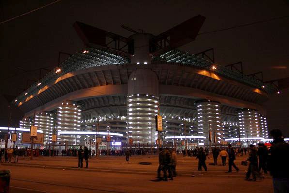 Перед стадионом заранее