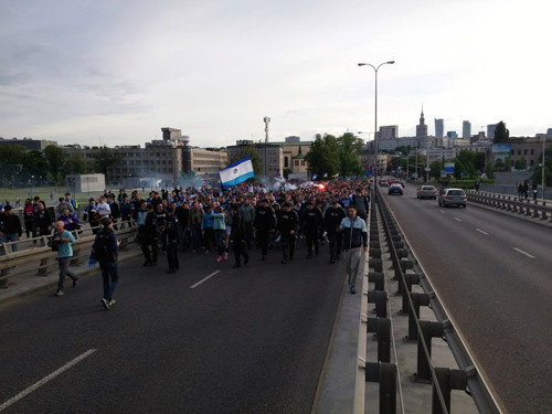 Фаны Днепра маршем прошлись к стадиону Народовый
