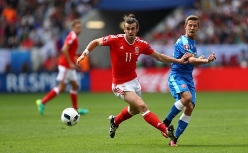 Бэйл забил первый гол валлийцев на чемпионатах Европы, Робсон-Кану принес первую победу