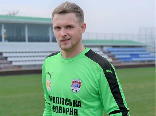 Украинский вратарь впроцессе игры попал мячом втроллейбус— Курьез тура