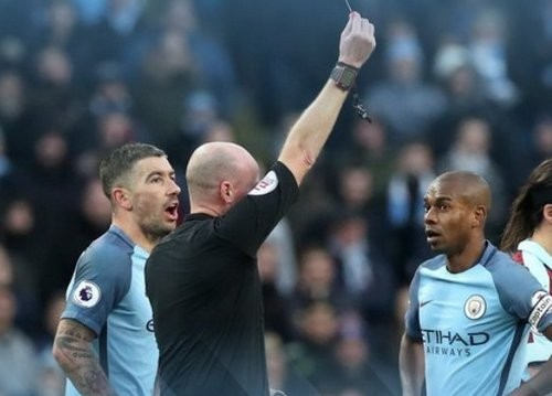 «Манчестер Сити» вменьшинстве победил «Бернли»