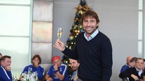 Конте после победы над «Брайтоном» поднял бокал шампанского