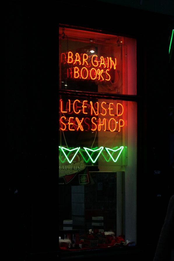 В Англии все серьезно - даже секс-шопы должны быть лицензированными.